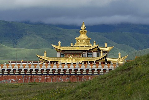 Golden roofs and stupas of a Tibetan monastery in the grasslands of Tagong near the snow-covered peak of Mount Zhara Lhatse, 5820 metres above sea level, Lhagang Monastery, Lhagang Gompa, Tagong, Sichuan province, China, Asia