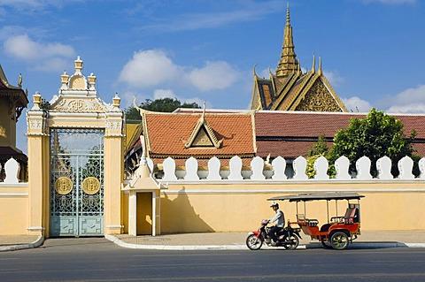 Tuk Tuk taxi waiting outside the Royal Palace, Phnom Penh, Cambodia, Indochina, Southeast Asia, Asia