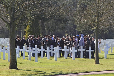 American adolescents visiting the Normandy American Cemetery and Memorial above Omaha Beach, site of the landing of the Allied invasion forces on D-Day 6 June 1944, Second World War, Calvados, Region Basse-Normandie, Normandy, France, Europe