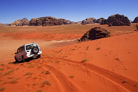 Off-road tour with cross-country vehicle in the Jordanian desert and mountains in the Wadi Rum National Park, Hashemite kingdom of Jordan, Middle East, Asia