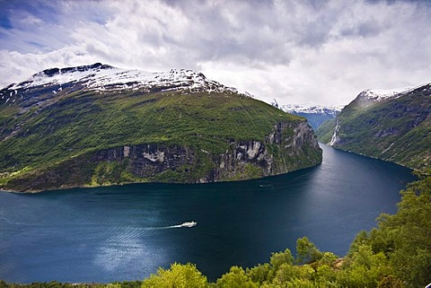 """Panoramic view of the Geiranger Fjord from the eagle eyes view ornesvingen with the waterfalls """"The Seven Sisters"""" and the ferry to Hellesylt, Norway, Scandinavia, Europe"""