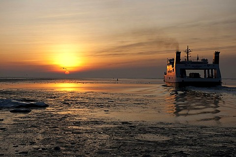 The island ferry to Pellworm crossing the icy wadden sea, UNESCO World Heritage Site, Schleswig-Holstein Wadden Sea National Park, North Sea, North Friesland, Schleswig-Holstein, northern Germany, Europe