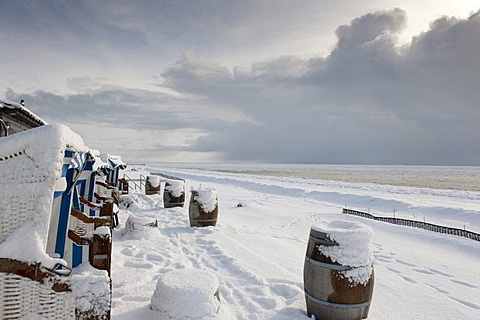 Snow-covered wicker beach chairs overlooking a snow and ice landscape on the south beach of Wyk of the North Sea island of Foehr, Nationalpark Schleswig-Holsteinisches Wattenmeer, Schleswig-Holstein Wadden Sea National Park, Unesco World Heritage Site, No - 832-157321