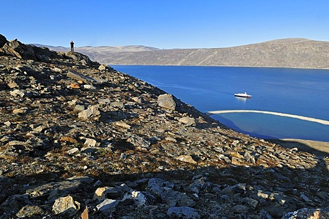 View over Sunnshine Fjord with cruise ship, Baffin Island, Nunavut, Canada, Arctic, North America