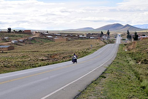 Highway in the Bolivian Altiplano highlands, Departamento Oruro, Bolivia, South America