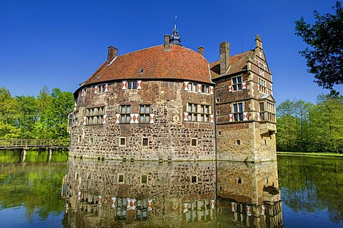 Burg Vischering moated castle, Luedinghausen, Muensterland region, North Rhine-Westphalia, Germany, Europe