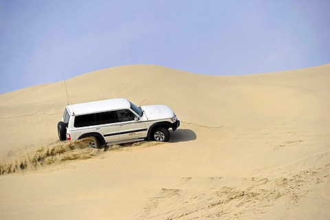 Off-roader Nissan Patrol 4500 Fuel Injection 4x4, driving in sand dunes, Emirate of Qatar, Persian Gulf, Middle East, Asia