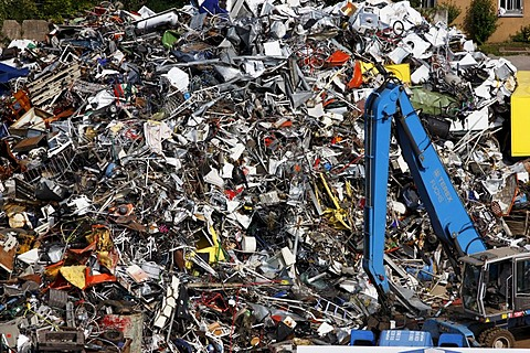 Scrap being loaded onto barges to be shipped to smelters and melted down again, port of Gelsenkirchen, at the Rhine-Herne Canal, Gelsenkirchen, North Rhine-Westphalia, Germany, Europe