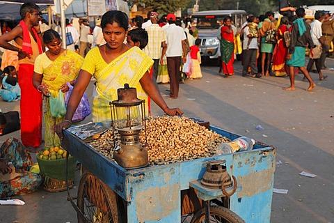 Woman selling peanuts, Thaipusam Festival in Palani, Tamil Nadu, Tamilnadu, South India, India, Asia