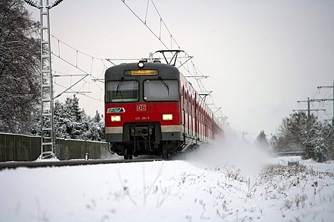 Train of the German Federal Railroad in the snow, Muehlheim, Hesse, Germany, Europe