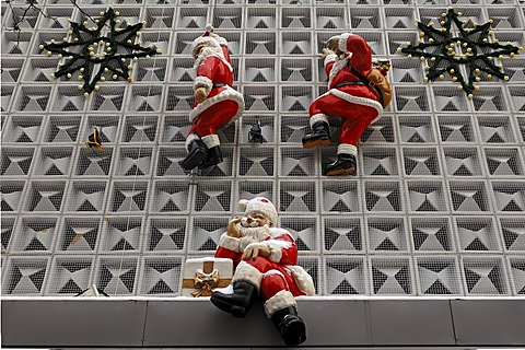 Santa Claus figurines on the facade of a department store, Erlangen, Middle Franconia, Bavaria, Germany, Europe