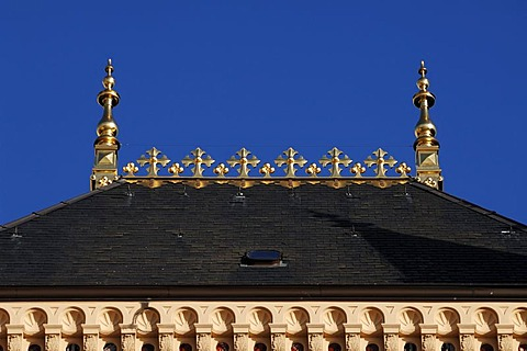 Decorative gilded roof top of Schwerin Castle, Schloss Schwerin, built from 1845 to 1857 in the style of romantic historicism, blue sky, Lennestrasse 1, Schwerin, Mecklenburg-Western Pomerania, Germany, Europe