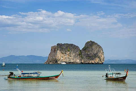 Longtail boat, fishing boat in front of limestone rock formation, Ko Hai or Koh Ngai island, Trang, Thailand, Asia