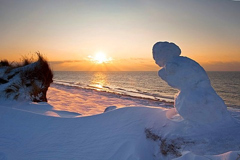 Snowman, sunset, Rotes Kliff, Red Cliff in winter, near Kampen on the island of Sylt, Schleswig-Holstein, Germany, Europe