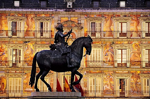 Plaza Mayor, 1619, equestrian statue of Philip III by Giovanni Bologna, in front of the Casa Panaderia decorated with frescoes, Madrid, Spain, Europe