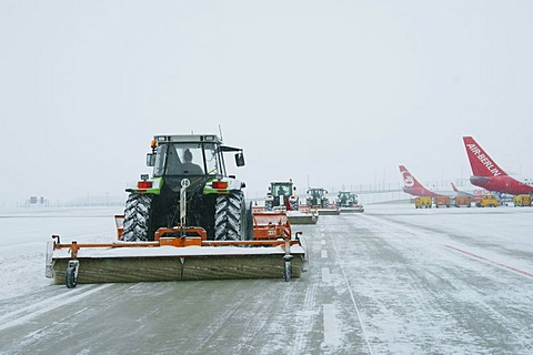 Snow, winter, snowplow, tractor, airplane, maneuvring area, West, taxiways, Airport Munich, MUC, Bavaria, Germany, Europe