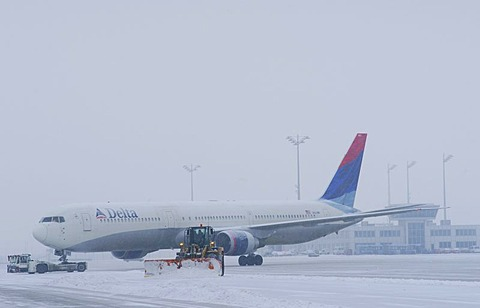 Snow, winter, snowplow, digger, aircraft, Delta Airlines, Boeing, maneuvring area, west, taxiways, Airport Munich, MUC, Bavaria, Germany, Europe