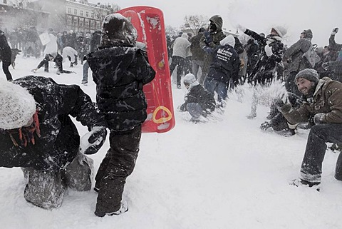 "Several hundred citizens of Berlin use the snow for a snowball fight ""Kreuzberg vs. Neukoelln"", that has been organised on the internet, Goerlitzer Park, Berlin, Germany, Europe"