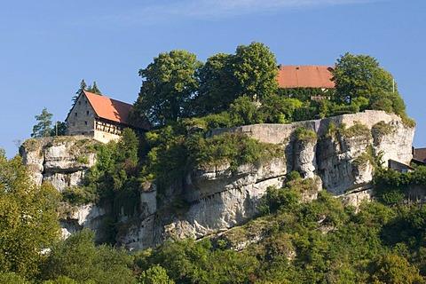Burg Pottenstein castle towering over Pottenstein on a cliff, Naturpark Fraenkische Schweiz nature preserve, Little Switzerland region, Franconia, Bavaria, Germany, Europe
