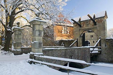 Drawbridge of Vischering castle in winter, Luedinghausen, Muensterland, North Rhine-Westphalia, Germany, Europe