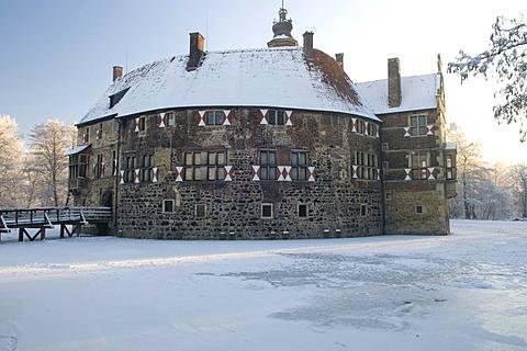 Moated castle Burg Vischering in winter, Luedinghausen, Muensterland, North Rhine-Westphalia, Germany, Europe