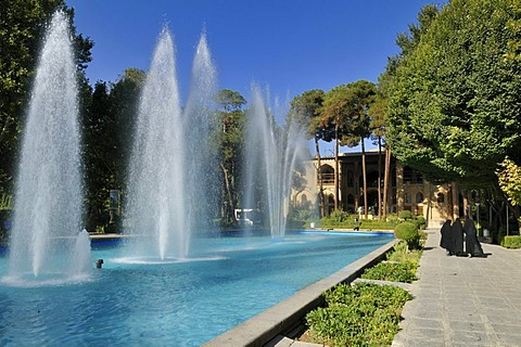 Fountain and garden near the Safavid Hasht Behesht Palace, UNESCO World Heritage Site, Esfahan, Isfahan, Iran, Persia, Asia