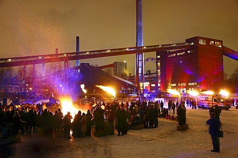 Bonfire against the backdrop of the Kokerei Zollverein coking plant, with different light and fire installations at the GlueckAuf2010 cultural festival at the start of the European Capital of Culture year, on the site of the Zeche Zollverein mine and coki - 832-186813