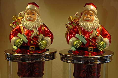 Colorful Santa Claus figures with gifts, Villa Ambiente, Im Weller, Nuremberg, Middle Franconia, Bavaria, Germany, Europe