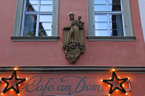 Holy Mary with child statue, facade of the Cafe am Dom coffee house, below Christmas decorations, Ringleinsgasse 2, Bamberg, Upper Franconia, Bavaria, Germany, Europe