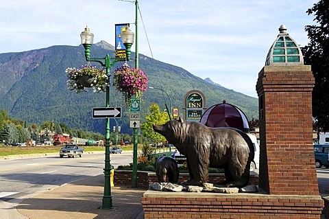 Bronze grizzly bears at the entrance of Revelstoke, British Columbia, Canada
