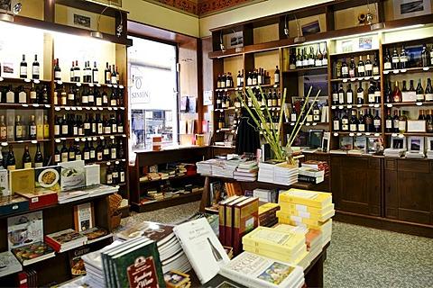 Shop enoliberia in the Via Emanuelle, Alba, Provincia Cuneo, Piemont, Piedmont, Italy, Europe