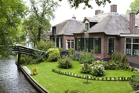 Traditional Dutch housing with garden beside the canal, Giethoorn, Flevoland, Netherlands, Europe