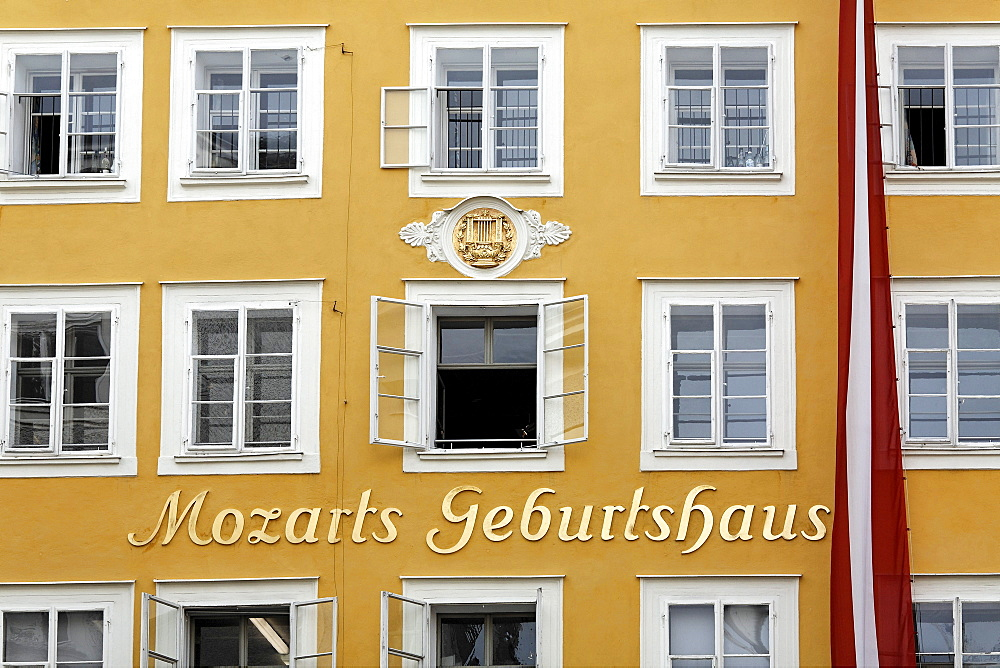 Mozart's birthplace, Hagenauerhaus house, Getreidegasse alley, Salzburg, Austria, Europe