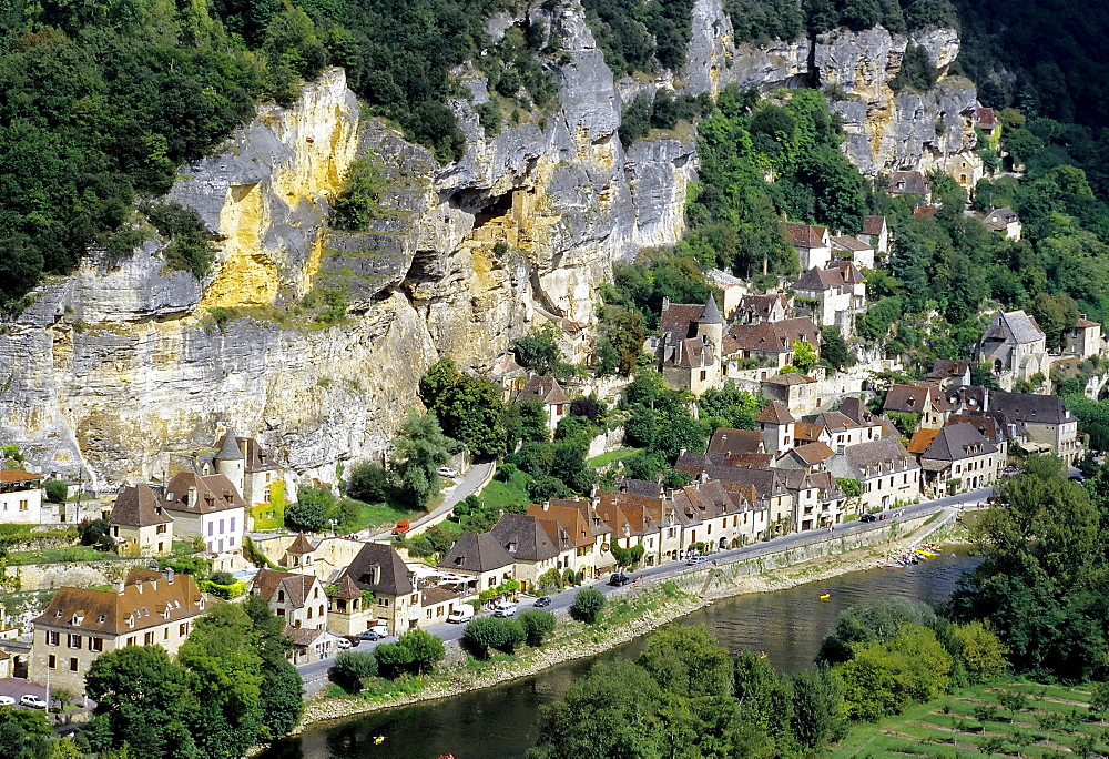 La Roque-Gageac, picturesque village on a steep slope above the river Dordogne, Perigord, France, Europe