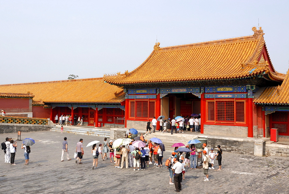 Visitors, tourists standing in front of a Chinese gate, Forbidden City, Imperial Palace, Beijing, China, Asia