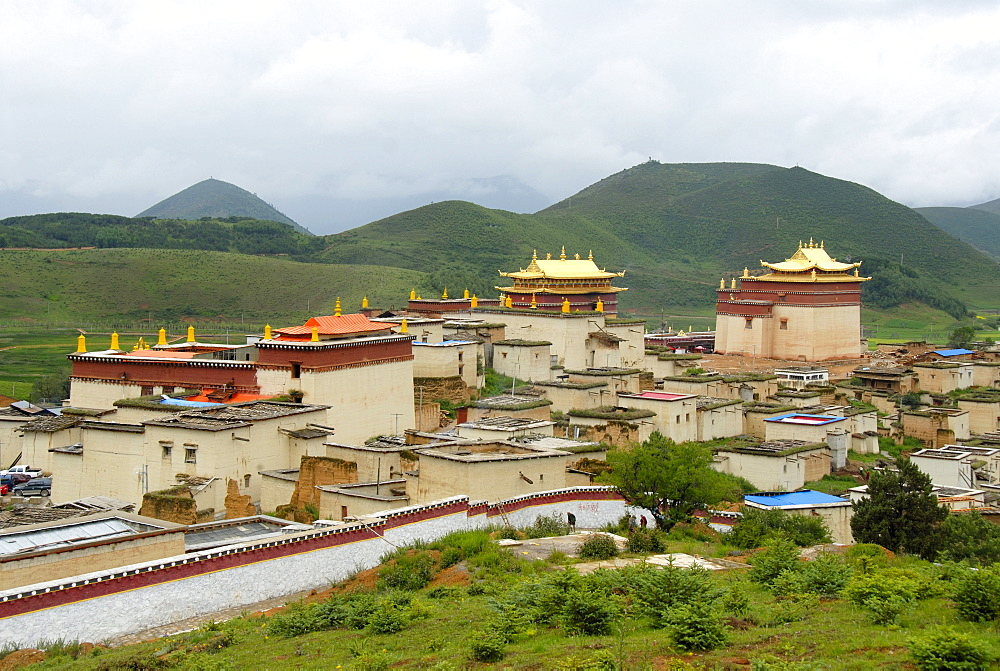 Tibetan Buddhist, monastery with walls, temples, golden roofs, undulating landscape, Monastery Ganden Sumtseling Gompa, Zhongdian, Shangri-La, Yunnan Province, People's Republic of China, Asia