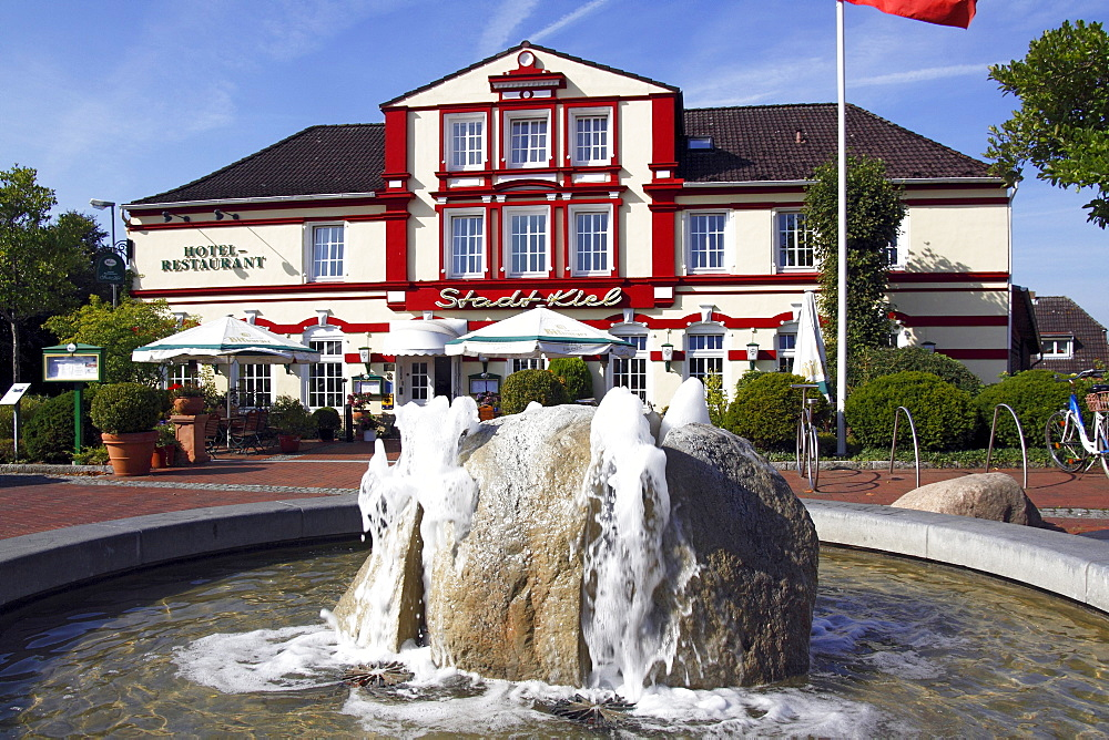 Fountain and historic hotel and restaurant Stadt Kiel at the market place in Schoenberg, Probstei, Ploen district, Schleswig-Holstein, Germany, Europe