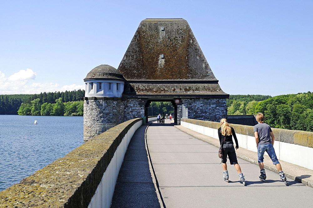 People, inline skating, leisure, sport, dam, Moehnesee lake, Moehne, reservoir, dam, North Rhine-Westphalia, Germany, Europe