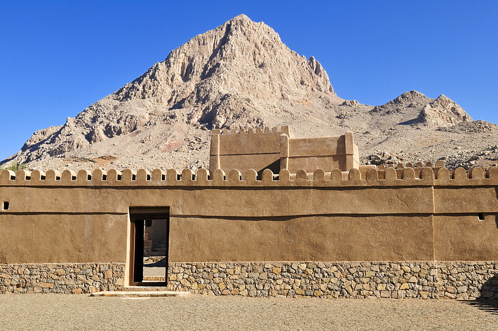 Historic adobe fortification Yanqul Fort or Castle, Hajar al Gharbi Mountains, Al Dhahirah region, Sultanate of Oman, Arabia, Middle East