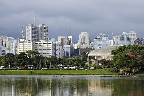 View from the Parque de Ibirapuera park on the high-rise buildings of the Zona Sul and the Ginasio do Ibrapuera sports hall by architect Oscar Niemeyer, Sao Paulo, Brazil, South America