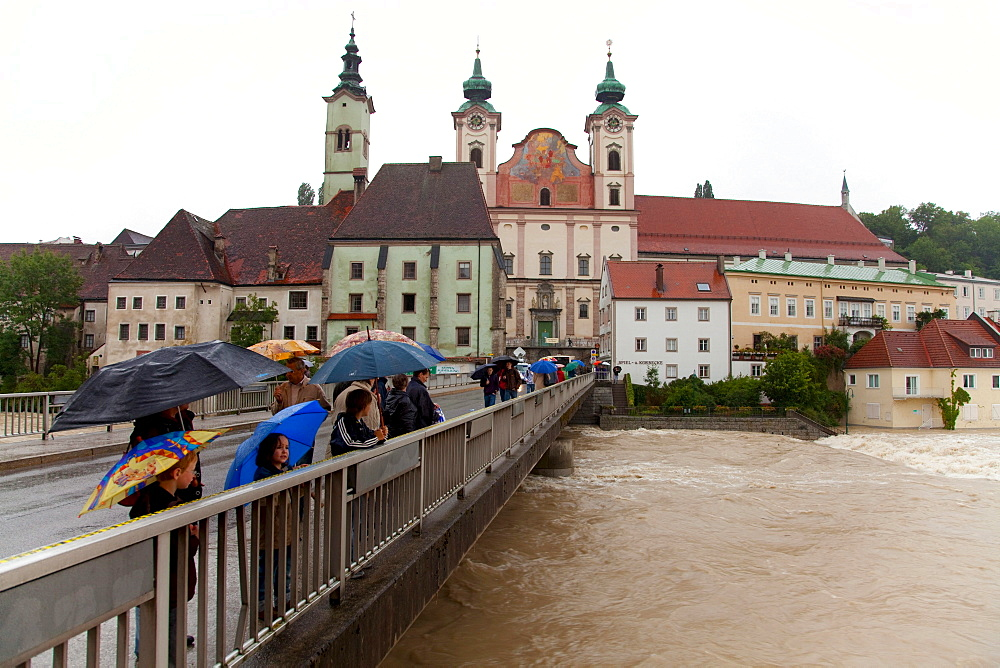 Onlookers, Enns floodwater in Steyr, Upper Austria, Austria, Europe