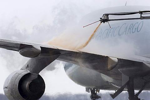 De-icing of a plane at Franz-Josef-Strauss Airport, Munich, Bavaria, Germany, Europe