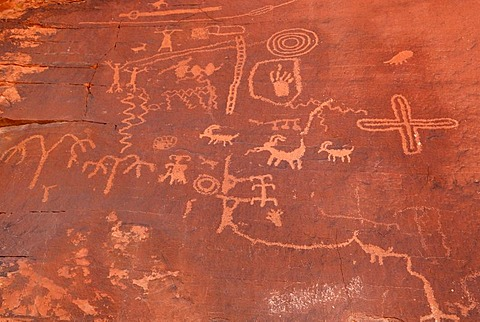 Historic stone etchings, petroglyphes, about 4000 years old, Atlatl Rock, Valley of Fire State Park, Nevada, USA