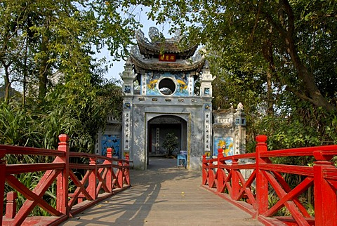 Buddhism, red wooden bridge with entrance tower, Ngoc Son Temple, Hoan Kiem Lake, Hanoi, Vietnam, Southeast Asia, Asia