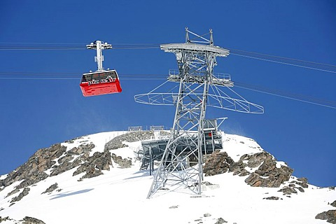 Skiiing, winter sport in the ski area Corviglia, aerial cableway to the Piz Nair, St. Moritz, Oberengadin, Graubuenden, Switzerland