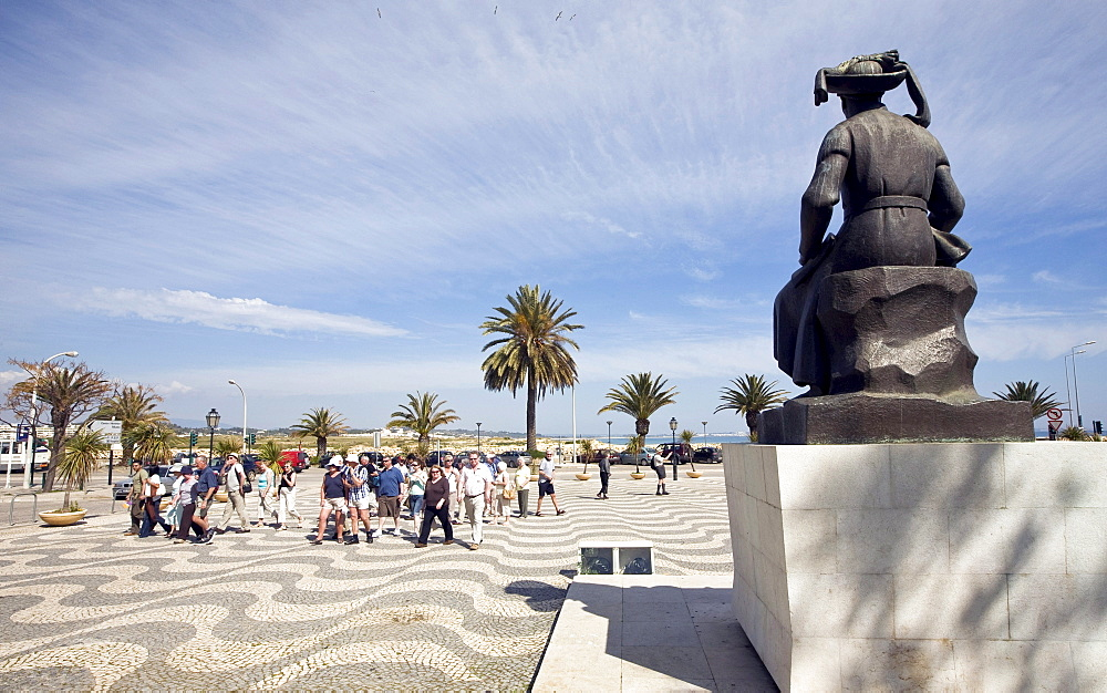 "Memorial of ""Henry the seafarer"" Infante Dom Henrique, 1460-1960, tourists and palms, Lagos, Algarve, Portugal, Europe"