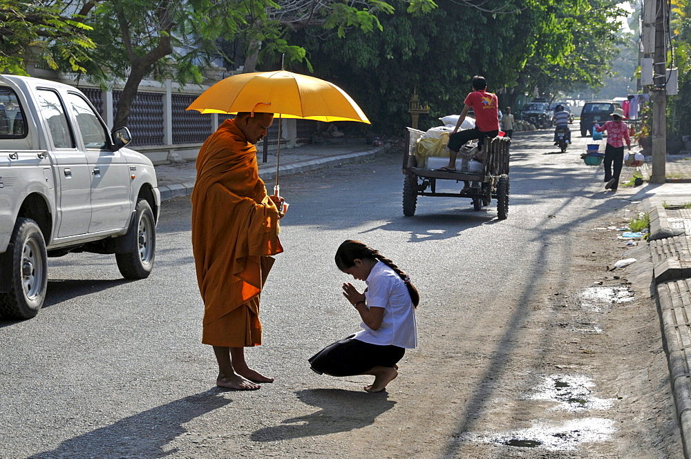 Devotion of a monk while to begging for alms, Binhabad, Phnom Penh, Cambodia, Asia