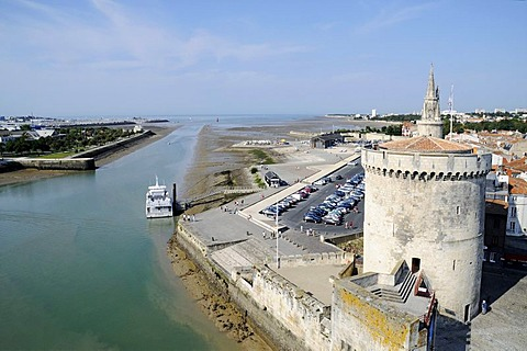 View towards the sea at low tide, Tour de la Chaine, Tour de la Lanterne, towers, harbour, La Rochelle, Poitou Charentes, France, Europe