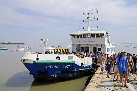 Boat landing stage, ferry, tourists, Ile d'Aix Island, Poitou Charentes, France, Europe