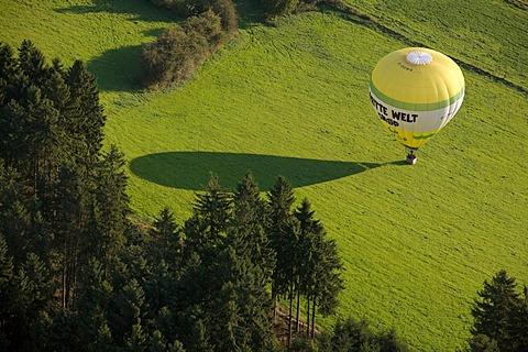Aerial photograph, hot-air balloon landing during the Warsteiner Internationale Montgolfiade (WIM), hot-air balloon championships, Balve Eisborn, Maerkischer Kreis district, Sauerland, North Rhine-Westphalia, Germany, Europe